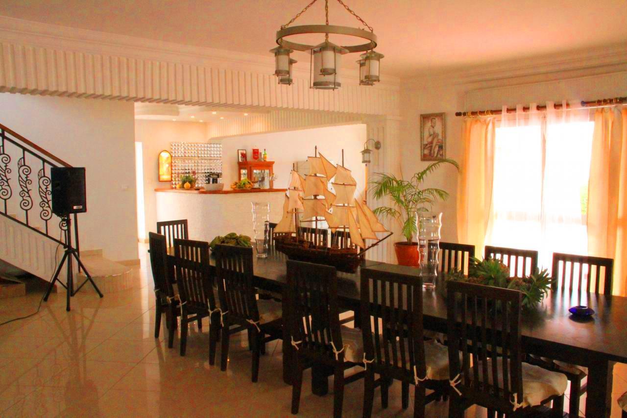 Un vaste Rez-de-chaussée composé d'un living très spacieux, d'une cuisine américaine et d'un bar qui donnent tous les trois sur une grande terrasse et un élégant jardin.